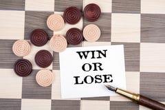 Win of verlies De houten controleurs dobbelen op de speelplaats stock foto's