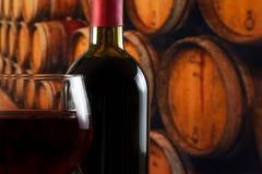 Wina szkła pobliska butelka na starym wino lochu tle z przestrzenią dla teksta fotografia royalty free