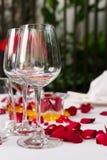 Wina szkła stołu set z różanymi płatek dekoracjami Zdjęcia Stock