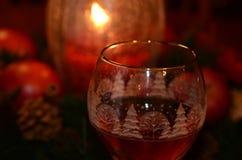 Wina szkło grzał blaskiem świecy podczas świątecznego sezonu wakacyjnego fotografia stock