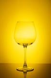 Wina szkło na żółtym tle Zdjęcia Stock