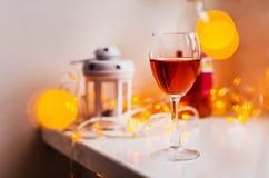Wina szkło na dekorującym stołowym i zamazanym bokeh tle obrazy royalty free