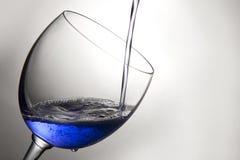 Wina szkło segregujący z błękitnym cieczem Obrazy Royalty Free
