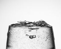 Wina szkło z iskrzastą wodą zdjęcia royalty free