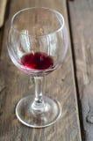 Wina szkło na nieociosanym drewnianym tabletop Fotografia Royalty Free