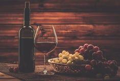 Wina wciąż życie w drewnianym wnętrzu Zdjęcia Stock