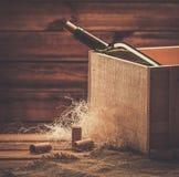 Wina wciąż życie w drewnianym wnętrzu Obrazy Royalty Free