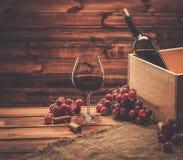 Wina wciąż życie w drewnianym wnętrzu Fotografia Stock