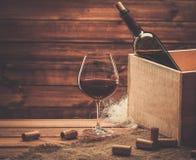 Wina wciąż życie w drewnianym wnętrzu Zdjęcie Stock