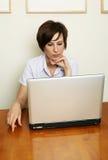 Winan bekijkt laptop Stock Afbeeldingen