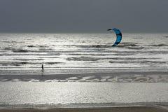 WINCHELSEA, SUSSEX/UK - 5 DE ENERO: Persona que practica surf de la cometa en Winchelsea adentro Fotos de archivo libres de regalías