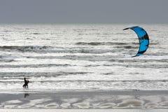 WINCHELSEA, SUSSEX/UK - 5 DE ENERO: Persona que practica surf de la cometa en Winchelsea adentro Fotos de archivo