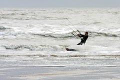 WINCHELSEA, SUSSEX/UK - 1 DE ENERO: Persona que practica surf de la cometa en Winchelsea adentro Imágenes de archivo libres de regalías