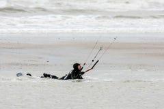 WINCHELSEA, SUSSEX/UK - 1 DE ENERO: Persona que practica surf de la cometa en Winchelsea adentro Imagen de archivo