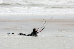 WINCHELSEA, SUSSEX/UK - 1ER JANVIER : Surfer de cerf-volant chez Winchelsea dedans Image stock