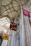 WINCHESTER HAMPSHIRE/UK - MARS 6: Flaggor i Winchester Cathedr Royaltyfri Bild