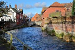 WINCHESTER, HET UK - 4 FEBRUARI, 2017: Gang langs de Rivier Itchen die tot de Stadsmolen leiden Stock Foto