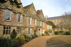 WINCHESTER, UK - LUTY 4, 2017: Winchester Katedralni biura z katedrą w tle obraz royalty free