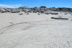 Wind-abgefressene Felsformationen des grauen Steins in der Wüste Lizenzfreies Stockbild