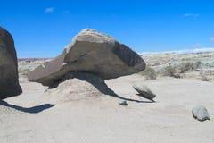 Wind-abgefressene Felsformationen des grauen Steins in der Wüste Stockbild