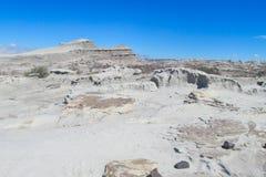 Wind-abgefressene Felsformationen des grauen Steins in der Wüste Lizenzfreie Stockfotografie