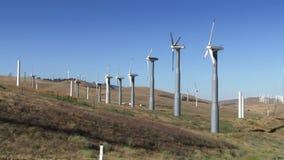 Wind-Arbeitsturbinen (blauer Himmel) stock video