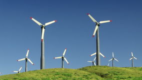Wind-Arbeitsturbinen (grüne Hügel u. blauer Himmel) stock footage