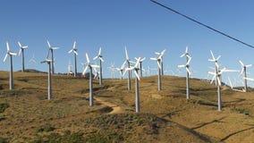 Wind-Arbeitsturbinen (Hügel u. blauer Himmel) stock footage