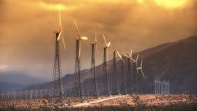Wind-Arbeitsturbinen (Sonnenuntergang) stock footage