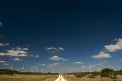 WIND-BAUERNHOF HINUNTER EINE LAND-STRASSE Stockfoto