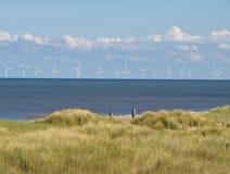 Wind-Bauernhof vor der Küste Stockfoto