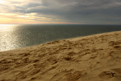 Wind bij zonsondergang op het strand Royalty-vrije Stock Afbeelding