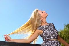 Wind der jungen Frau ausgestreckten Armen des Haares in den im Freien Stockfotografie