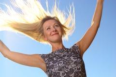 Wind der jungen Frau ausgestreckten Armen des Haares in den im Freien Stockfoto
