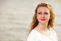 Wind der jungen Frau im Haar im Freien Lizenzfreies Stockfoto