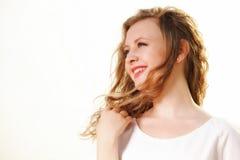 Wind der jungen Frau im Haar im Freien Lizenzfreie Stockfotografie