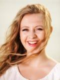 Wind der jungen Frau im Haar im Freien Stockfotografie