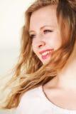 Wind der jungen Frau im Haar im Freien Stockfotos