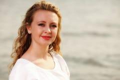 Wind der jungen Frau im Haar im Freien Lizenzfreie Stockbilder