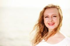 Wind der jungen Frau im Haar im Freien Stockfoto