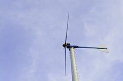 Wind driver turbinen på blåttskyen Arkivbild