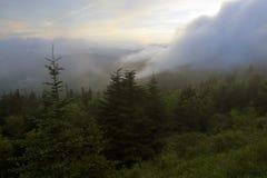 Wind durchgebrannte Wolken über den rauchigen Bergen Stockfotos
