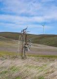 Wind-Energie der Vergangenheit beugt unten zur Wind-Energie der Zukunft Stockbilder