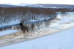 wind för abstraktionstormsolnedgång Himlen och molnen reflekteras i floden Arkivfoton