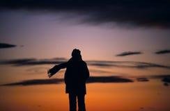 wind för scarfsilhouettesolnedgång Royaltyfri Fotografi