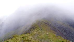 Wind Gap mit der niedrigen wispy Wolke, die übergeht stockbild