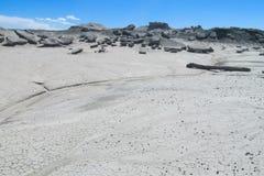 Wind-geërodeerde rotsvormingen van grijze steen in woestijn royalty-vrije stock afbeelding