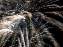 Wind geblazen goud en wit Spectaculair Vuurwerk Stock Afbeelding