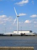 Wind-Generator auf dem Flussufer Stockbild