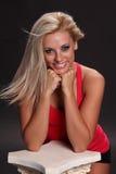 Wind het Geblazen Blonde Glimlachen Royalty-vrije Stock Afbeeldingen